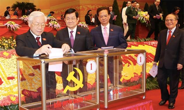 Tổng bí thư Nguyễn Phú Trọng và Chủ tịch nước Trương Tấn Sang là 2 người đầu tiên bỏ phiếu bầu Ban chấp hành trung ương khoá XII. Ảnh: TTXVN