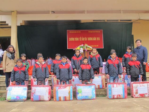 Chương trình trao tặng 639 suất quà Tết cho 63 hộ nghèo và 576 học sinh tại 2 xã nghèo nhất của Bắc Kạn là Đôn Phong (huyện Bạch Thông) và Lãng Ngâm (huyện Ngân Sơn)