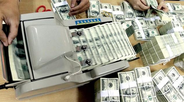 """Ngân hàng bán ngoại tệ ra vì """"sợ phạt"""", tỷ giá giảm 1,1%"""