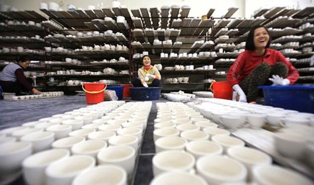 Công nhân trong một xưởng gốm tại Bát Tràng. Ảnh: AP