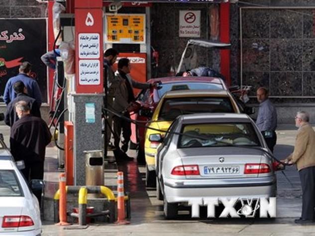 Người dân Iran mua xăng tại trạm xăng ở thủ đô Tehran của Iran ngày 19/1. (AFP/TTXVN)