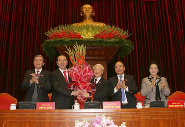 Ban Chấp hành Trung ương khóa XII chúc mừng Tổng Bí thư Nguyễn Phú Trọng tái cử. Ảnh: TTXVN