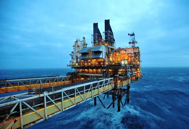 Giá dầu thô cứ giảm 1 USD/thùng thì ngân sách nhà nước hụt thu khoảng 1.000 tỷ đồng. Ảnh: Trần Sơn