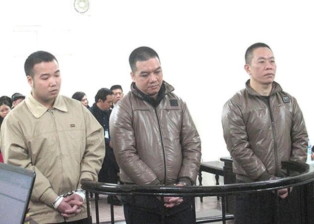 Bị cáo Phong (bên phải) và đồng bọn tại phiên xử.