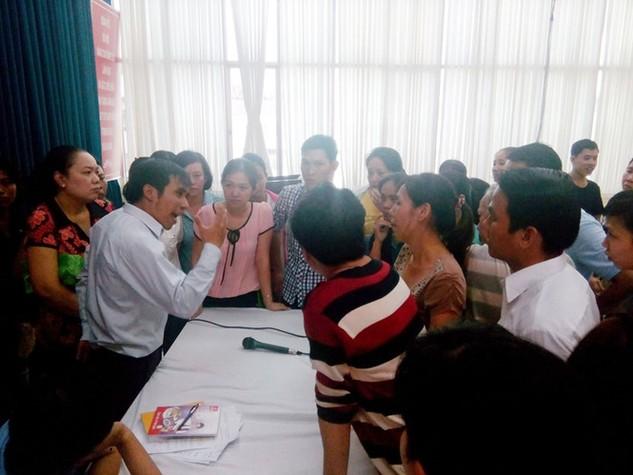 CN tập trung tại phòng họp công ty yêu cầu được giải quyết các chế độ, lương, thưởng tết. Ảnh: Hải Nam