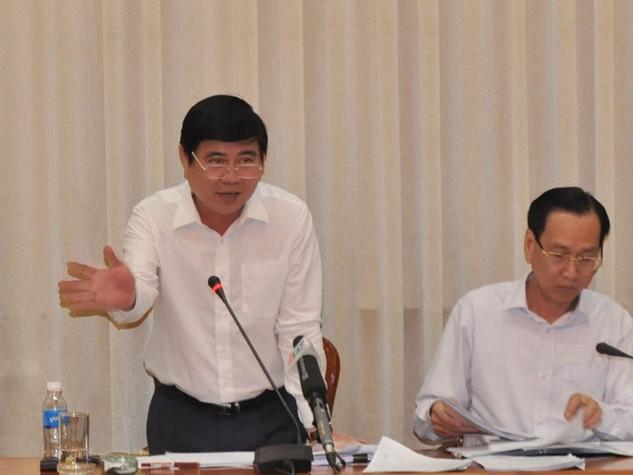 Chủ tịch UBND TP.HCM Nguyễn Thành Phong (đứng) chỉ đạo tại cuộc họp - Ảnh: Xuân Đặng