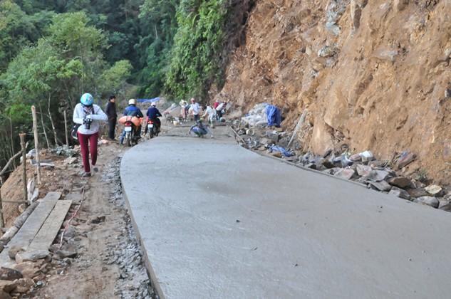 Thi công đoạn đường bê tông vào xã Chế Tạo