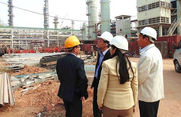 Ông Lý Quốc Hùng - Chủ tịch CĐ Công thương VN (thứ hai từ trái sang) thăm và chúc Tết CNLĐ tại công trường