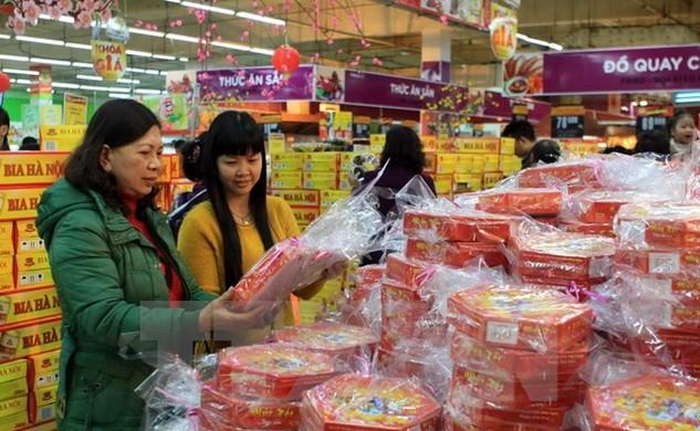 Khách chọn mua hàng tại siêu thị Big C Thăng Long. (Ảnh: Vũ Sinh/TTXVN)
