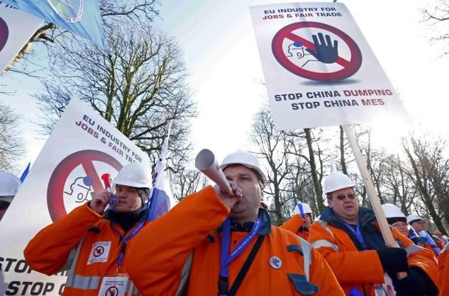 Khoảng 5.000 công nhân lẫn giới chủ ngành luyện thép ở châu Âu đã tụ hội tại Brussels ngày 15-2 để biểu tình phản đối tình trạng cạnh tranh không lành mạnh và phá giá của Trung Quốc - Ảnh: Reuters