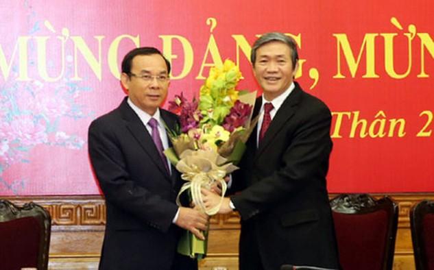 Thường trực Ban Bí thư Đinh Thế Huynh tặng hoa chúc mừng tân Chánh văn phòng Trung ương Đảng Nguyễn Văn Nên.