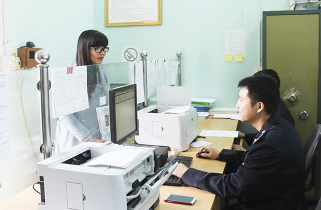 Tạo điều kiện tối đa cho DN tham gia hoạt động XNK là ưu tiên hàng đầu trong các giải pháp thu ngân sách Nhà nước. Trong ảnh: Hoạt động nghiệp vụ tại Cục Hải quan Lào Cai. (Ảnh: THU TRANG)