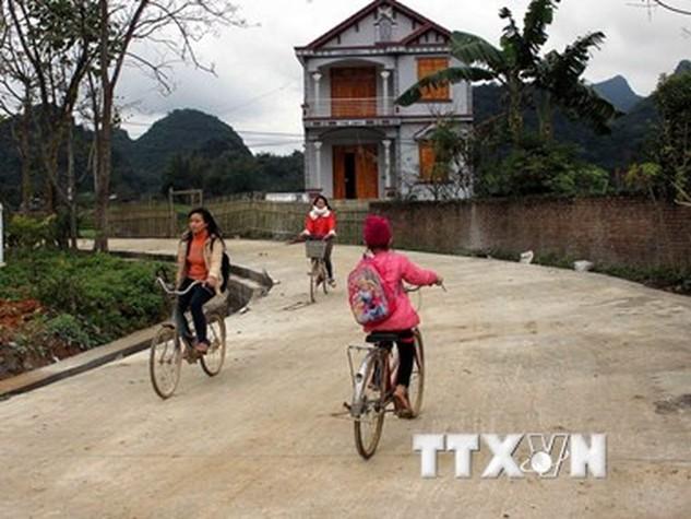 Thực hiện cuộc vận động xây dựng nông thôn mới, nhiều hộ dân đã hiến hàng trăm m2 đất làm đường giao thông. (Ảnh: Quốc Đạt/TTXVN)