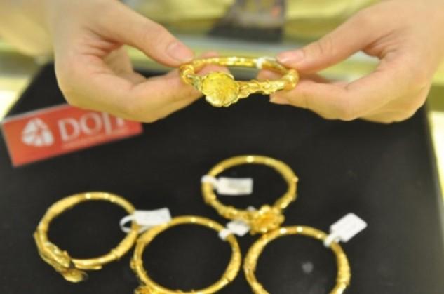 Vàng trong nước tăng ngược chiều thế giới trong ngày Vía Thần tài