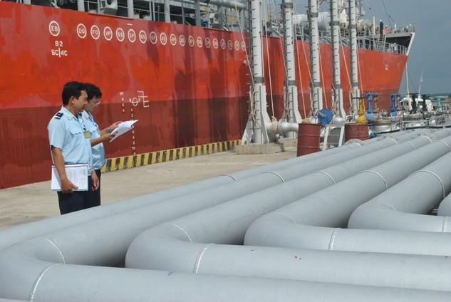 Công chức Hải quan cảng Sài Gòn khu vực 3 giám sát xăng dầu nhập khẩu. Ảnh: T.H