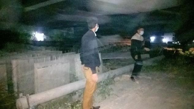 """Người dân Quán Gỏi (Hải Dương) dựng hàng chục khối bê tông chặn ngang quốc lộ 38 phản đối nhà thầu thi công gây """"bão bụi"""". Ảnh: HN."""