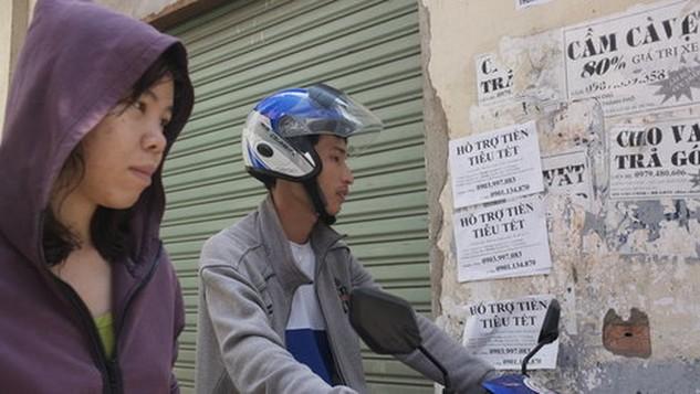 Quảng cáo cho vay tiền trong dịp Tết Nguyên đán 2016 trên đường Nguyễn Trọng Tuyển, Q.Phú Nhuận, TP.HCM - Ảnh: Hoài Linh