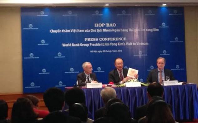 Chủ tịch WB Jim Yong Kim (giữa) chủ trì buổi họp báo.