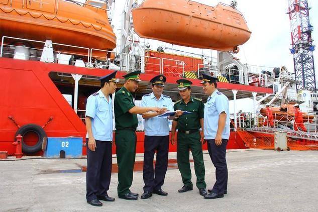Lực lượng Hải quan và Bộ đội Biên phòng trao đổi nghiệp vụ tại Cảng Dầu khí, BR-VT. Ảnh: Nguyễn Huế