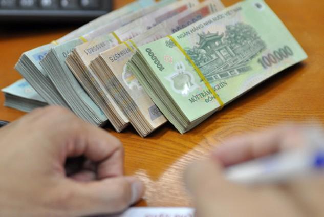 Nhiều ngân hàng tặng thêm lãi suất cho khách gửi tiền. Ảnh: Anh Quân.