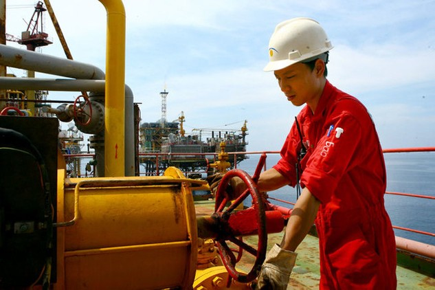 Giá dầu giảm sâu ảnh hưởng đến ngành công nghiệp dầu khí, từ khai thác đến dịch vụ, phải tính toán giảm sản lượng, lao động, chi phí... Trong ảnh: khai thác dầu khí tại giàn công nghệ trung tâm số 2 ở mỏ Bạch Hổ của Vietsovpetro - Ảnh: Huy Hùng