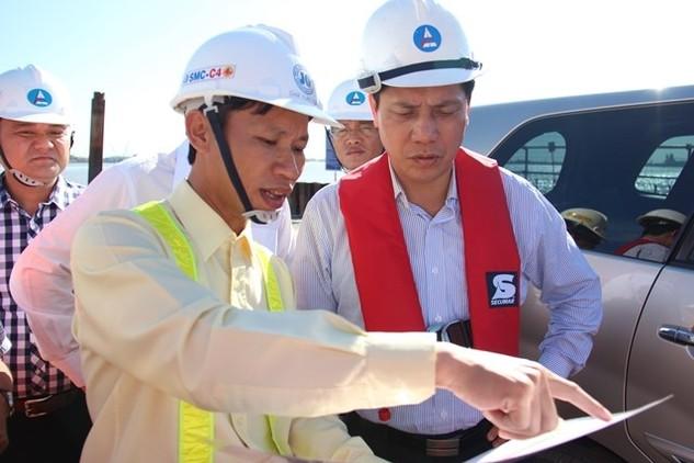 Ông Đàm Xuân Toan - Phó tổng giám đốc Cienco 4 báo cáo với Thứ trưởng Nguyễn Ngọc Đông tiến độ gói thầu J2 đang thực hiện khá tốt. (Ảnh: Phan Tư)