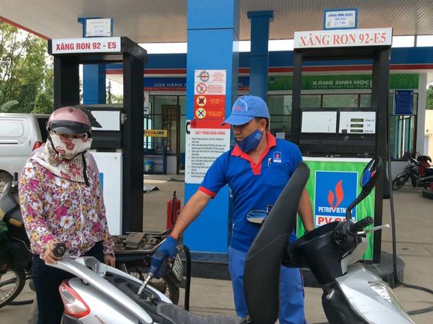 Lãi khủng của Petrolimex là nhờ được hưởng lợi nhuận định mức 300đ/lít xăng dầu.