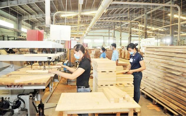 Sản xuất đồ gỗ xuất khẩu tại Công ty cổ phần Tập đoàn gỗ Trường Thành. Ảnh: Cao Thăng