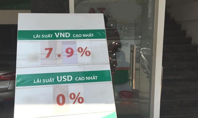 Lãi suất kỳ hạn dài tại nhiều ngân hàng vọt lên gần 8% một năm, gửi online có thể được cộng thêm 0,1-0,2%. Ảnh: Thanh Lan.