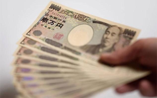 Một số chuyên gia kinh tế nhận định, lãi suất giảm đem đến cho Chính phủ Nhật một cơ hội để đẩy mạnh các biện pháp kích thích bằng tài khóa nhằm vực dậy tăng trưởng - Ảnh: WSJ/Bloomberg.