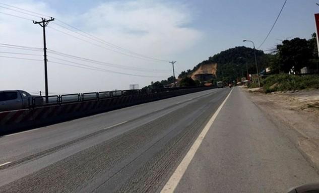 Những đoạn được chủ đầu tư cào bằng lớp sống trâu để lộ ra những viên đá nhỏ cùng rãnh gây khó khăn cho các phương tiện di chuyển và mất an toàn khi tham gia giao thông trên tuyến đường này.