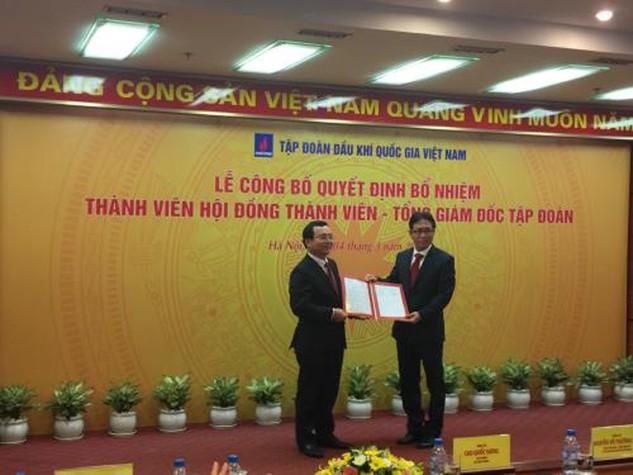 Chủ tịch Tập đoàn Dầu khí quốc gia Việt Nam, ông Nguyễn Quốc Khánh trao quyết định bổ nhiệm cho ông Nguyễn Vũ Trường Sơn. Ảnh: Đức Dũng