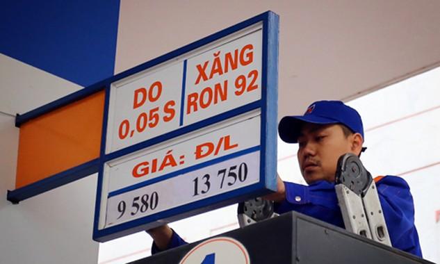 Giá xăng có thể tăng trở lại sau khi xuống mức thấp kỷ lục - 13.750 đồng hồi giữa tháng 2. Ảnh: N.M
