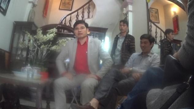 Phạm Văn Tuế, trưởng chi nhánh Hải Dương (ngồi giữa), người từng được giới thiệu có thu nhập 10 tỉ đồng/tháng từ hoa hồng đa cấp.