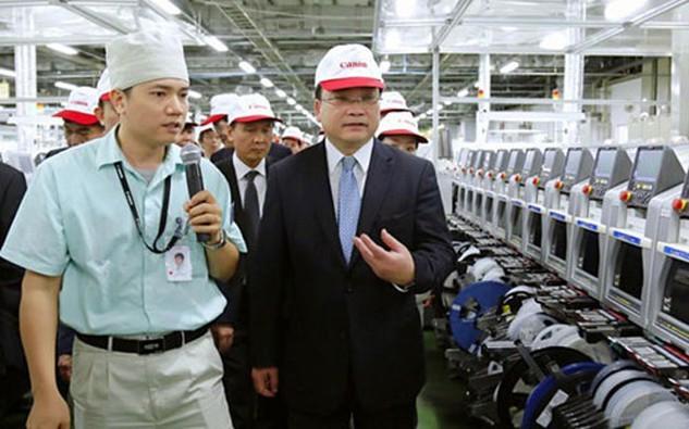 Bí thư Thành uỷ Hà Nội Hoàng Trung Hải thăm một nhà máy tại Khu công nghiệp Bắc Thăng Long.