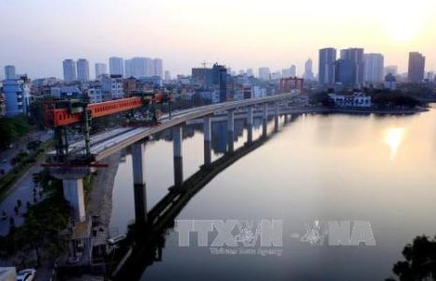 Đường sắt Cát Linh - Hà Đông hoàn thành lao lắp qua hồ Hoàng Cầu. Ảnh Huy Hùng - TTXVN