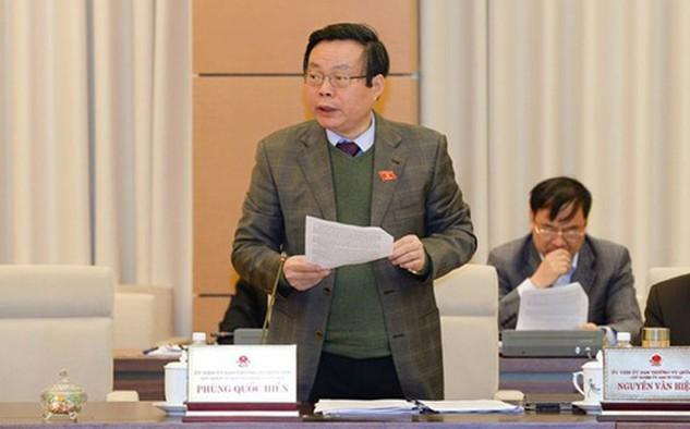 Chủ nhiệm Uỷ ban Tài chính - Ngân sách Phùng Quốc Hiển trình bày báo cáo thẩm tra.