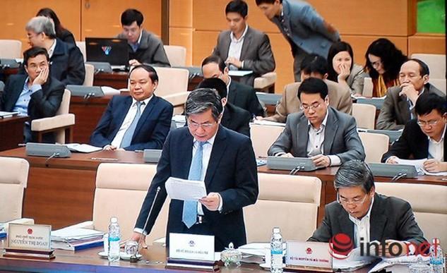 Bộ trưởng Bộ Kế hoạch và Đầu tư Bùi Quang Vinh báo cáo tại phiên họp