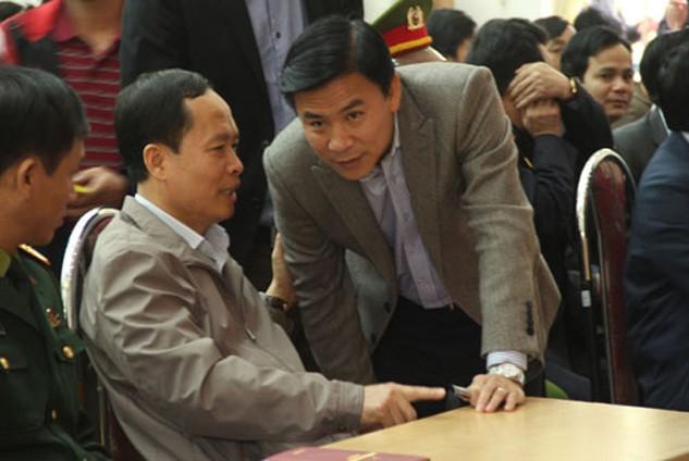 Đúng 8h, ông Trịnh Văn Chiến (người ngồi) có mặt để trực tiếp đối thoại với người dân. Ảnh: Lê Hoàng.