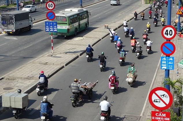 Việc dỡ bỏ những biển báo bất hợp lý là phù hợp với thực tế hạ tầng giao thông hiện nay. Ảnh: Đinh Tuấn