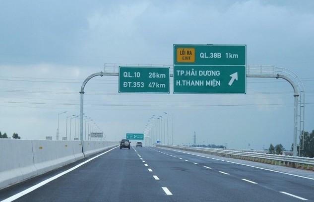 Tính đến đầu tháng 3/2016, cả nước đã hoàn thành, đưa vào khai thác 746 km đường cao tốc gồm 12 tuyến. Trong ảnh: cao tốc 6 làn xe Hà Nội - Hải Phòng được đưa vào khai thác từ cuối năm 2015