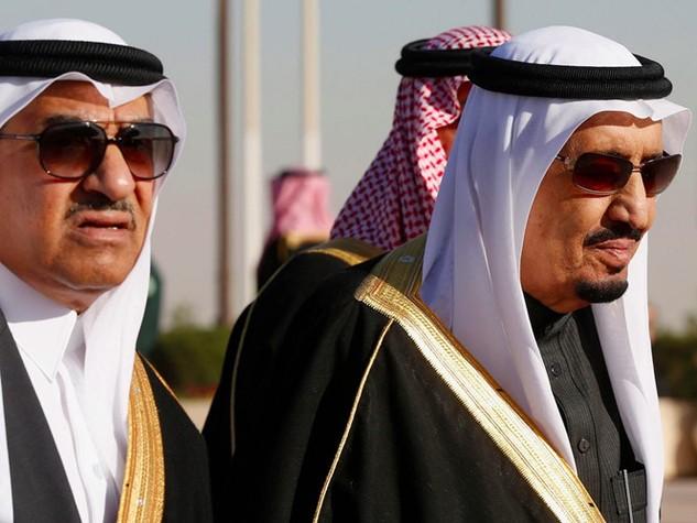 Thái tử Ả Rập Xê Út Mohammed bin Nayef cùng người chú là Vua Salman ra đón tiếp Tổng thống Mỹ Barack Obama ở Sân bay Vua Khalid, thủ đô Riyadh tháng 1.2015 - Ảnh: Reuters