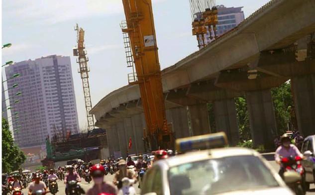 Công trình đường sắt trên cao Cát Linh - Hà Đông (Hà Nội) thi công kéo dài gây phiền toái trầm trọng cho người dân thủ đô.