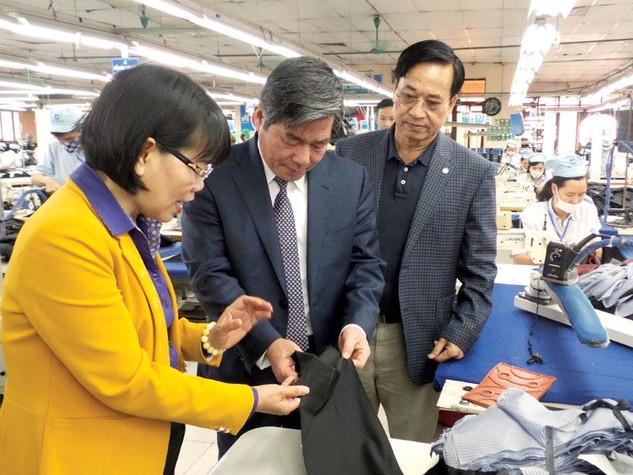 Bộ trưởng Bùi Quang Vinh thăm phân xưởng sản xuất veston của May 10.