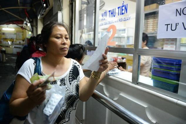 Người dân mua thuốc tại nhà thuốc Bệnh viện Ung bướu TP.HCM - Ảnh: Hữu Khoa