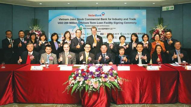 Đại diện của VietinBank với 18 ngân hàng quốc tế lớn và uy tín ký kết hợp đồng