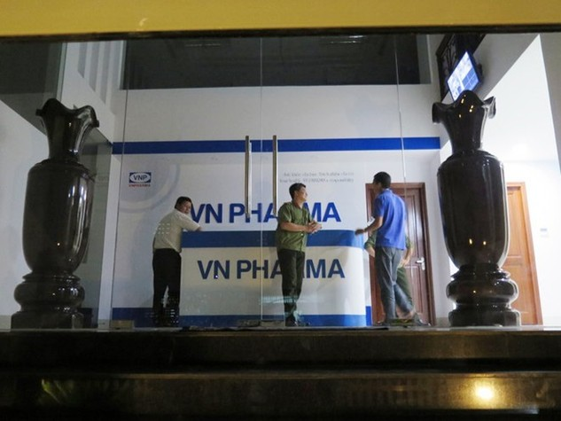 Tổ công tác Bộ Công an khám xét tại công ty VN Pharma. Ảnh: Khánh Trung.