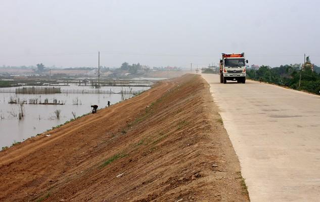 Tổng kinh phí nâng cấp hệ thống đê sông đến năm 2020 trên địa bàn Hưng Yên được duyệt là 393 tỷ đồng. Ảnh: Lê Tiên