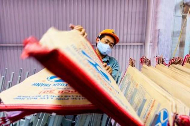 Sản xuất xi măng tại Nhà máy xi măng Xuân Thành, Hà Nam.