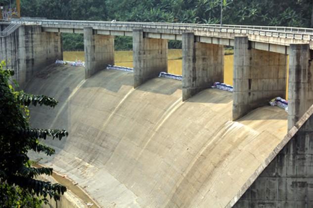 Nhiều thủy điện vì lợi nhuận đang bất chấp quy định. Sau khi báo chí phản ánh, thủy điện Za Hung (Quảng Nam) đã bị Sở Công thương buộc tháo dỡ phần cơi nới nhằm trữ thêm nước. Ảnh: Tiến Hùng.